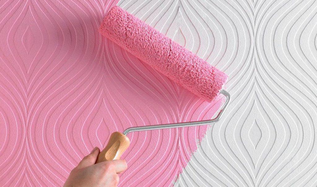 Розовая краска на обоях