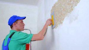 Небольшое количество нанесено на стену, а потом шпателем растягивается по поверхности.