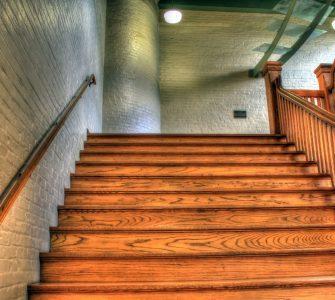 Деревянная лестница покрытая лаком