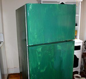 Холодильник покрашенный кистью