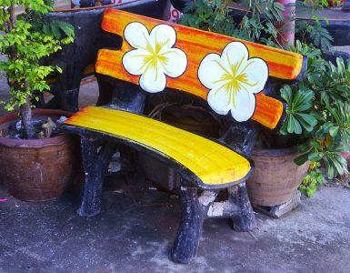 Покрашенная деревянная скамья